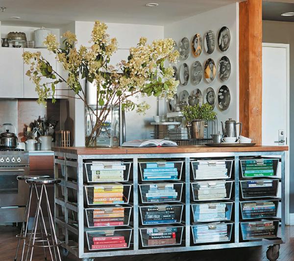 Нестандартный шкаф. Хранить книги можно не только в шкафах или на полках. Фантазируйте! Возьмите промышленный контейнер для корзин и превратите его в книжный шкаф: очень живописное и занимательное место для хранения. Книги, разложенные по цвету, выглядят аккуратно и стильно.
