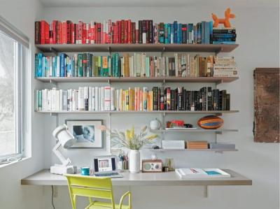 Книжная радуга. Кто-то расставляет книги по жанрам, кто-то — по размеру, кто-то — по цвету. Попробуйте создать настоящую радугу: на открытых полках, с обязательным присутствием всех цветов.