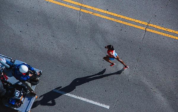 В более свежем исследовании команда ученых под руководством Эрика Аллена из Калифорнийского университета обнаружила, что в марафоне результаты участников имеют тенденцию группироваться вокруг круглых значений (таких как 4:00 или 4:30), которые бегуны, как правило, ставят своими целями.
