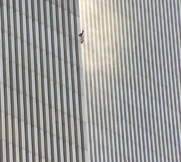 В свете жутких событий 11 сентября 2001 года эта фотография Ричарда Дрю, на которой изображен мужчина, застывший в падении из башни Всемирного торгового центра, леденила душу и задевала за живое. И делает это до сих пор.