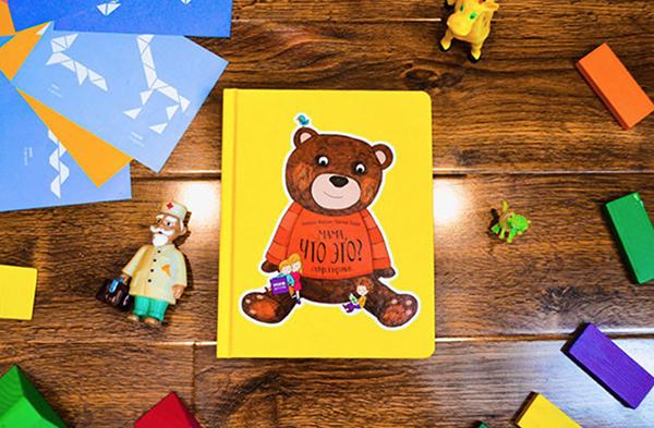 Познакомить ребенка с основными понятиями поможет книга «Мама, что это?». В ней вы найдете все необходимые слова (и картинки, конечно!) — предметы гардероба, столовые приборы, игрушки и так далее.