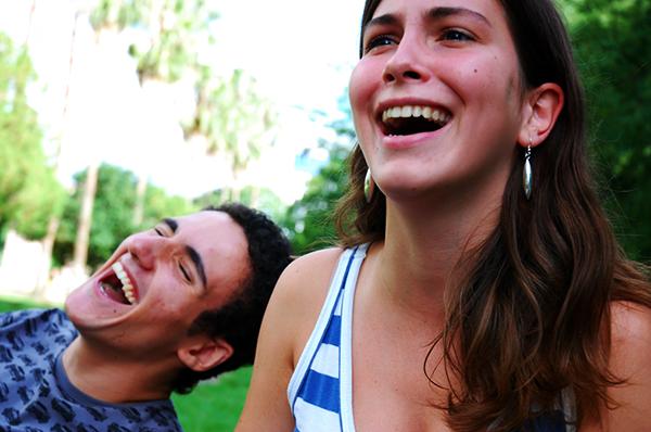 Смех стимулирует синтез эндорфина — гормона, вызывающего чувство эйфории.