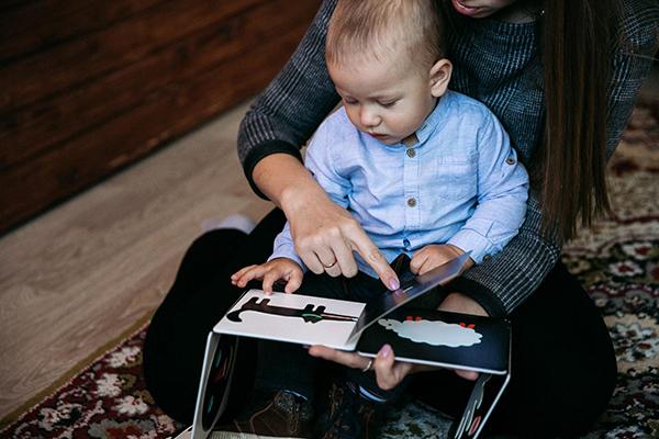 Важно разговаривать с ребенком, и книги-игры могут помочь маме наладить этот контакт
