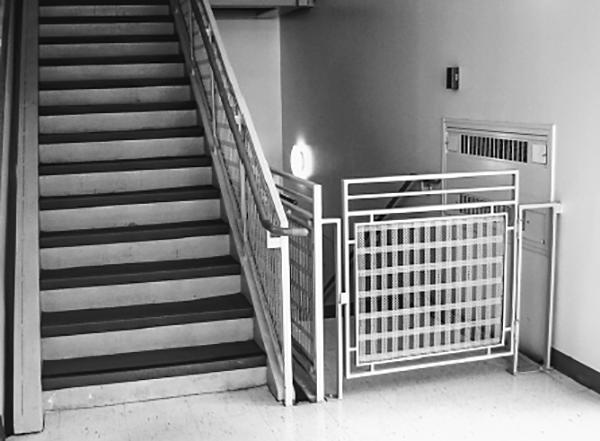 Пример отключения — лестницы в общественных учреждениях в Соединенных Штатах.