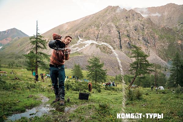 Все смешалось в потоках воды — люди, катамараны, провизия, оружие, палатки, весла, одежда.