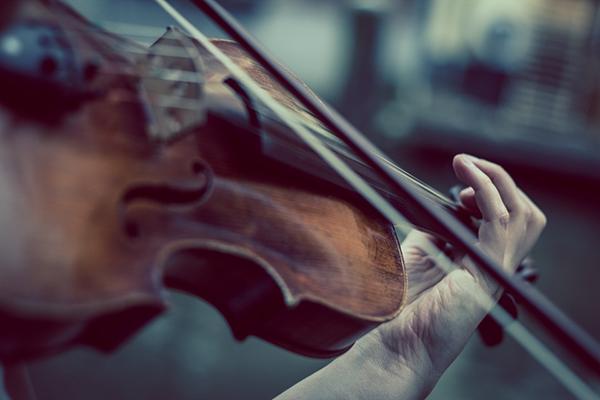 Скрипач Миха Погачник описывает кульминацию звучания как «игру на макроскрипке».