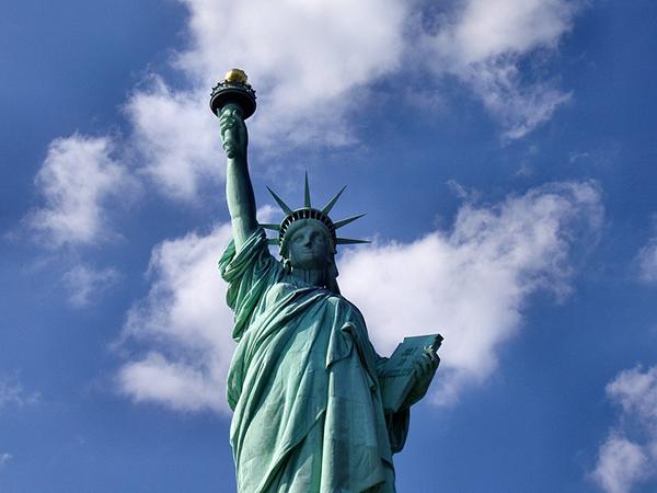 Как бы там ни было, в истории с Манхэттеном упускается из виду то, какую роль играли деньги, когда европейские поселенцы начали торговать с коренными американцами