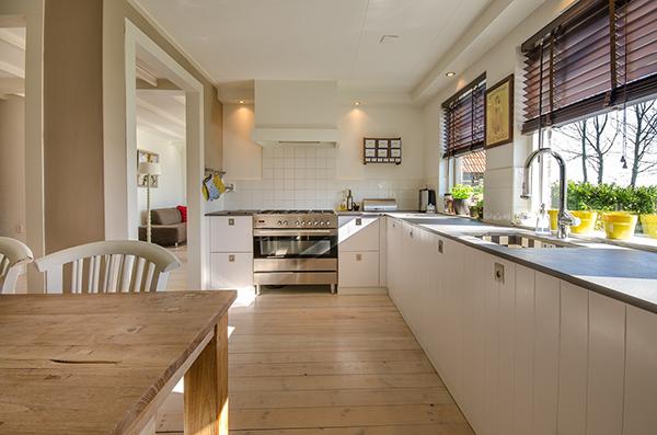 Воздух внутри помещений, в том числе и у вас дома, содержит много вредных и токсичных веществ из-за присутствия в нем взвешенных частиц от мебели