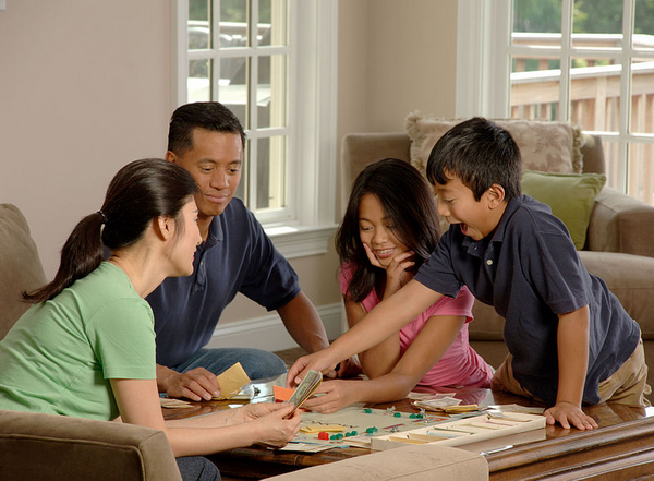 Любые игры — подвижные, настольные, ролевые — сплотят вашу семью, принесут много радости и поспособствуют развитию ребенка.