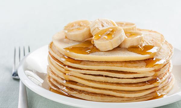 Банановые оладьи с медом