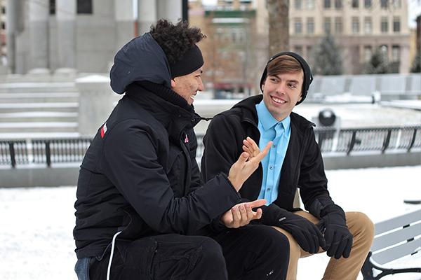 Искренне улыбайтесь людям при знакомстве, иначе вас запомнят хмурым и угрюмым.