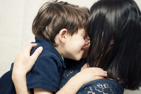 Не скупитесь на ласку. Ребенок должен ощущать, что вы его любите.