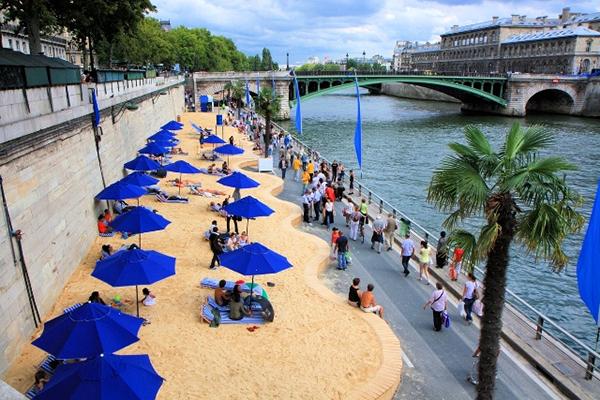 Вот один потрясающий городской проект: уже десять лет в августе Париж преображается.