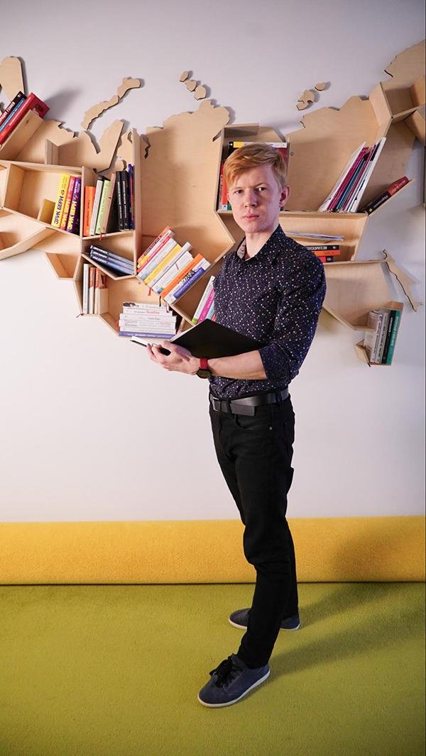 Когда только создавали библиотеку, у нас было около десятка книг, хаотично разбросанных по всему офису.