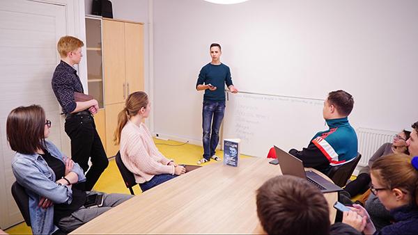 В компании мы всегда делимся знаниями друг с другом, поэтому я организовал Книжный клуб.