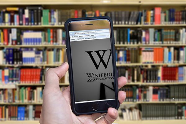 Джимми Уэйлс и Ларри Сэнгер с помощью толпы создали свободную и открытую для всех сетевую энциклопедию.
