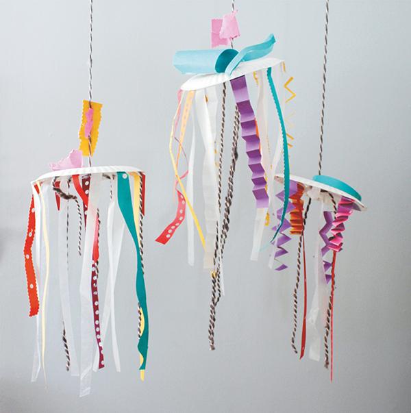 Создавайте из бумаги разноцветные подвесные фигуры, танцующие на ветру.
