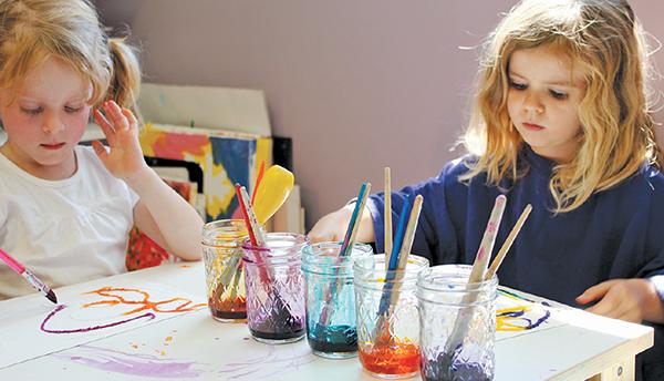 Даже если вы объясните, что нужно всего лишь дотронуться кисточкой до клеевого рисунка, маленькие дети все равно могут нанести жирные линии или размазать клей, соль и краску.