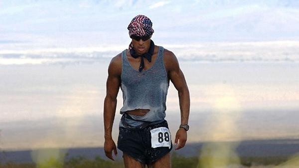 Потом я узнал тайну: он ненавидит бегать. Но бегает, потому что, участвуя в марафонах, собирает средства для семей «котиков», которые погибли.