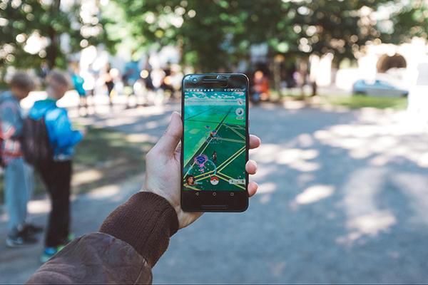 Помните игру Pokemon Go? Когда вы следите на экране телефона за гуляющим по улице Пикачу, это и есть дополненная реальность (AR).