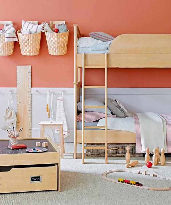 Полки помогают использовать пространство стен: здесь можно хранить игрушки, книги, канцелярию.