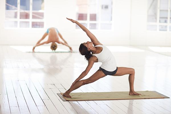 Помимо развития силы и выносливости, повышения тонуса мышц, а также улучшения гибкости и осанки, йога успокаивает разум и избавляет от стресса.
