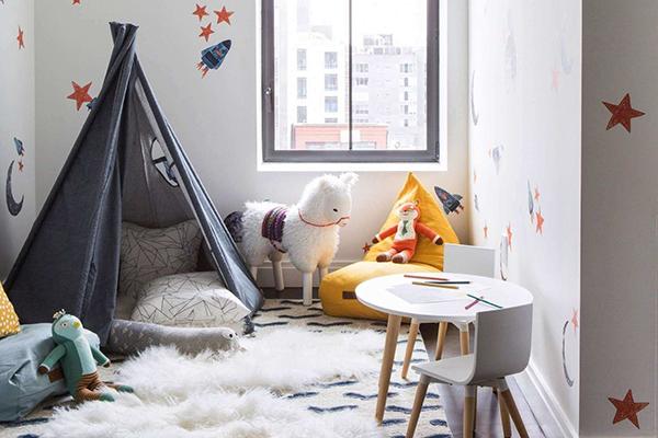 Предусмотрите варианты удобного хранения игрушек, чтобы ребенок без вашей помощи мог достать те предметы, с которыми он хочет поиграть.