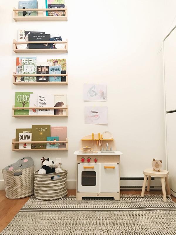 Импровизированная книжная полка из перевернутого ящика и мягкое кресло-пуф создают симпатичный многофункциональный уголок для чтения, где можно побыть в тишине.