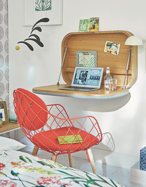 Оригинальный откидной стол — отличный вариант для маленьких помещений, особенно если уголок под кабинет выделить не получается.