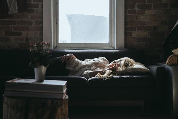Сон, который вы задолжали, когда поздно легли, невозможно заменить долгим утренним сном.