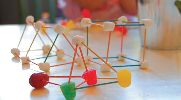 Собирая конструкции из мармелада и зубочисток, ребенок постигает один из базовых принципов строительной механики