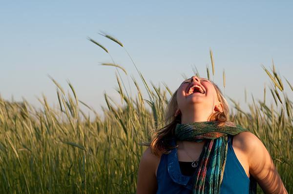 Когда вы смеетесь, активно вырабатывается другой «гормон счастья» — эндорфин.