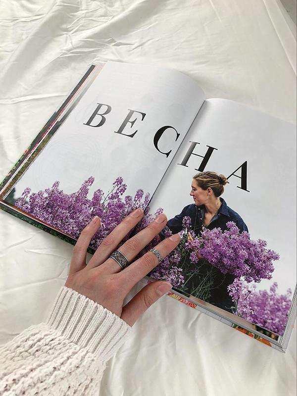 «Цветочный сад» написала выдающийся садовод и владелица цветочной фермы «Флорет» Эрин Бензакейн.