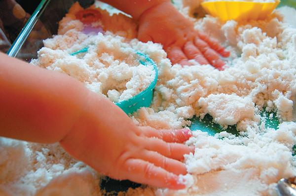 Если ваши дети никогда не играли с таким необычным материалом, как воздушный пластилин, то стоит воспользоваться вот таким простым рецептом его изготовления.